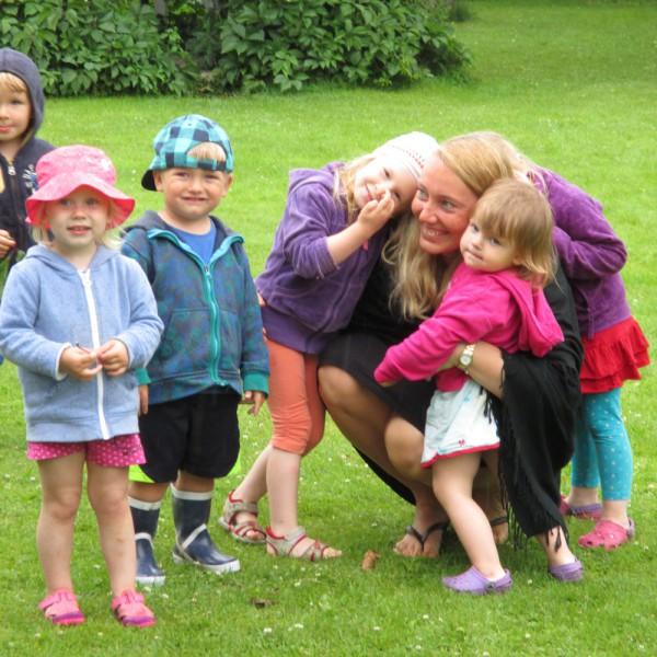 Ele Palumägi jaoks oli parima lapsehoidja tiitel suur üllatus. Piltidel on ta pärast preemia kättesaamist. Fotod: Irina Kalso