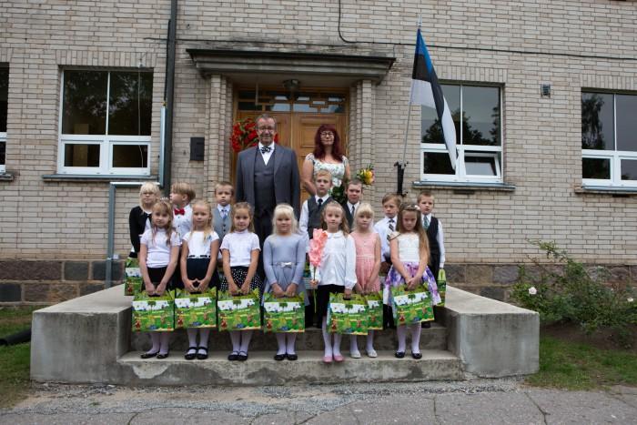 President Toomas Hendrik Ilves andis aabitsad 1. klassi minejatele Abja gümnaasiumis. Foto: Elmo Riig (Sakala)