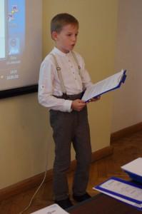 Kiitusekirjaga pärjatud Tuudur Jakob Padar Jüri gümnaasiumist tutvustab konverentsil oma tööd.