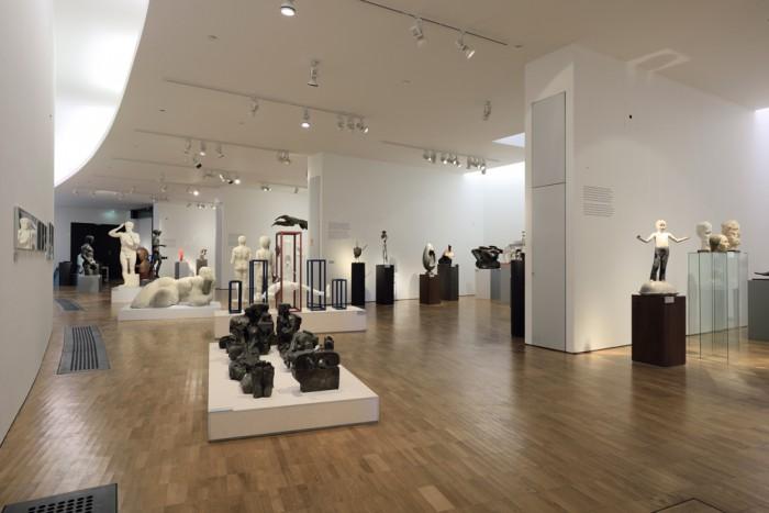 """Kumu näituse """"Meie modernism"""" (2014) üldvaade, kus oli spetsiaalne programm vaegnägijatele. Kadrioru kunstimuuseumis oli 2015 analoogne näitus """"Käegakatsutavad kangelased"""". Foto: Stanislav Stepashko"""