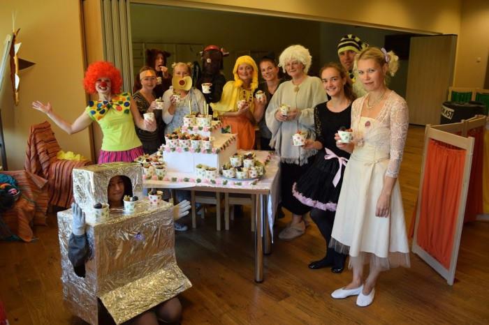 Nõlvaku lasteaia rõõmsad töötajad tervislikku sünnipäevatorti maitsmas. Foto: Nõlvaku lasteaed