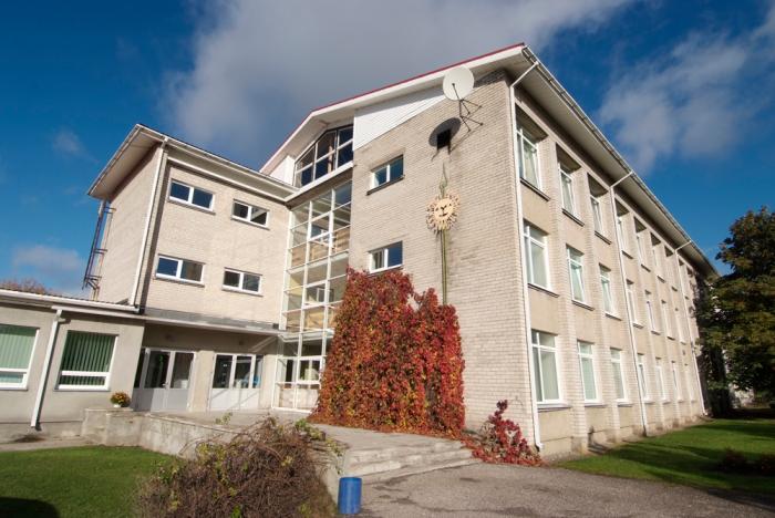 Märjamaa gümnaasiumi koolimaja. Fotod: Märjamaa gümnaasium