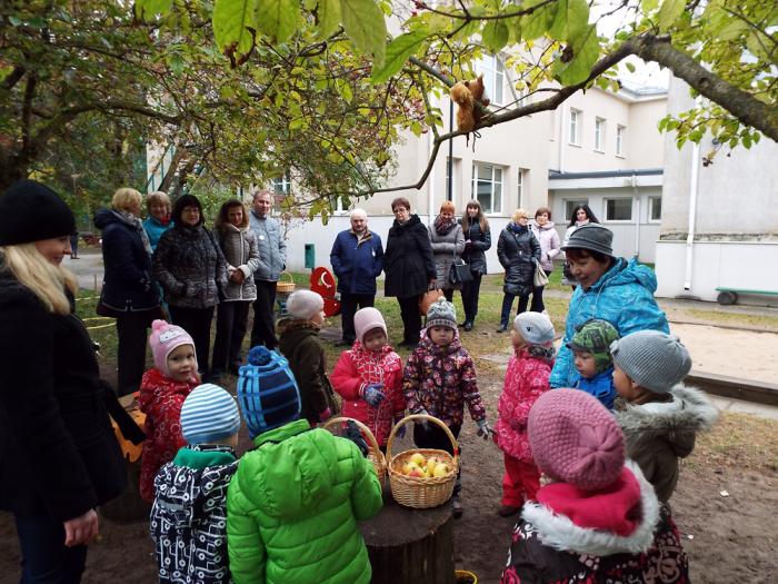 Ukraina haridustöötajad vaatlevad õuesõppetundi Tallinna Kraavikrõlli lasteaias. Foto: Eve Külmallik