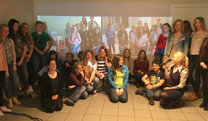 Tallinna keskraamatukogu Skype'i raamatuklubi viib konverentskõne vahendusel üle Euroopa kokku noori, kes ühiselt kirjanduslike tekstide üle arutlevad. Mikrofoni hoiab klubi eestvedaja Kristel Palk. Foto: Eha Elmi