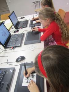 Lapsed graafikalaudadega joonistamas. Foto: Maarja Pildre