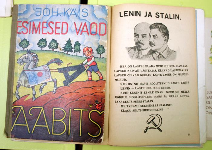Johannes Käisi aabitsale Stalini ajal jõuga lisatud lehekülg. Foto: Raivo Juurak