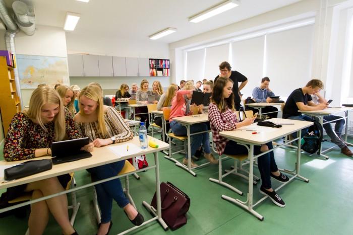 Tüüpiline klassitund täna – õpilastel on arvutid kogu aeg käepärast. Foto: Gert Lutter