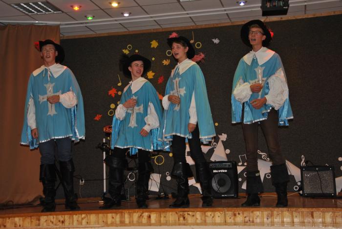 Treffneri gümnaasiumi ja Reiniku kooli noormehed esitasid kuulsa musketäride laulu.