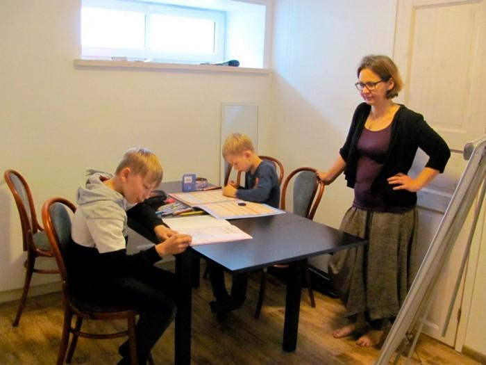 Praegu õpetab Riin Verlin kodus kaht poega, üks neist on koduõppel neljandat ja teine teist aastat. Sügisel ja talvel elatakse linnas, et lapsed saaksid huviringides käia. Foto: Hedda Peet