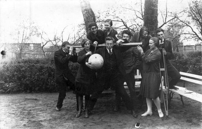 Seminari loodusteaduse rühm gloobuse, pikksilma ja muude õppevahenditega 1927. aastal. Fotod: Johannes Käisi album