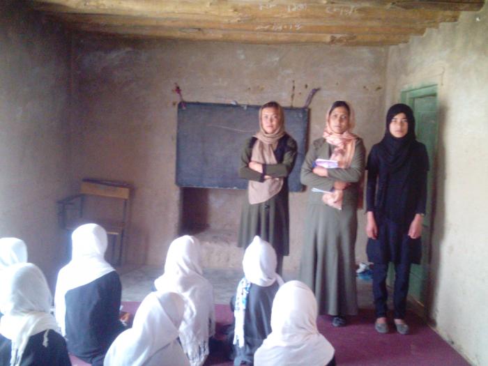 Dalani kooli õpilased kuulavad ämmaemandate loengut hügieenist. Fotod: MTÜ Mondo