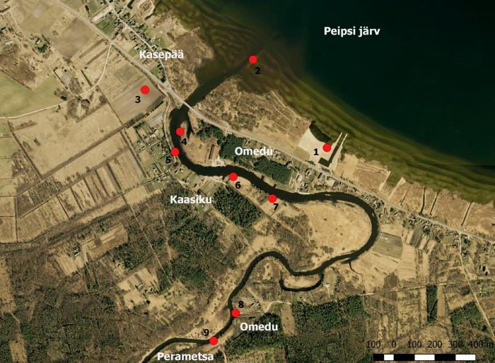 Leiukohtade kaart. Kiviaegsete esemete leiukoht Omedu paadisadamas (1) ja Omedu jõesuus (2),  tulekivi leiukoht Kasepää külas (3), vraki leiukoht Omedu jões (4), võrguraskuse leiukoht Kaasiku külas (5), kiviaegsete esemete leiukoht (6) ja lubjaahju asukoht (7) Jõekääru katastriüksusel Kaasiku külas, nooleotsa leiukoht Metsavahi talu maadelt Omedu külas (8), kammkeraamika leiukoht Halliku metskonnas Perametsa külas (9). Joonis M. Roio 2016. Aluskaart: Maa-amet. Omedu jõe kaudu suubuvad Peipsi järve ka Kalevipoja mõõgajõe, Kääpa jõe veed.