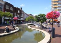 Hollandi Hoogeveeni-nimelise väikelinna üht peatänavat Hoofdstraati kaunistab kenasti sinusoidina looklevas betoonsängis voolav kunstlik jõgi. Foto: Mait Talts