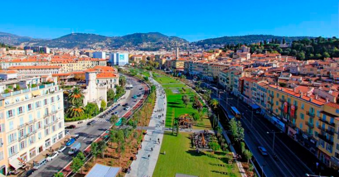 Uhke Promenade du Paillon, Nice, kulgeb maa-aluse jõe kohal.