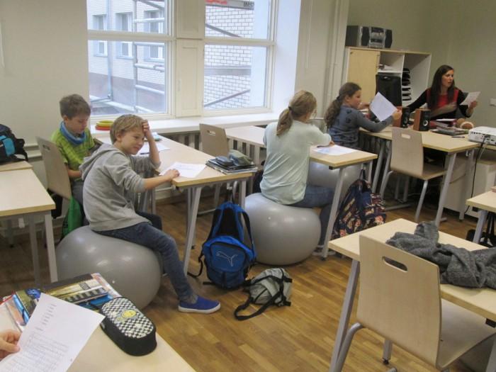 Nagu Soomes nii ka Eestis – õpilased istuvad tunnis pallidel! Foto on Tartu Tamme koolist, mis osaleb liikumist propageerivas projektis VUNK. Foto: Vallo Reimaa