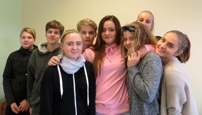 Kirsika (vasakult kolmas) oma ajutiste klassikaaslastega Tartu Karlova kooli kaheksandast klassist.  Foto: Sirje Pärismaa