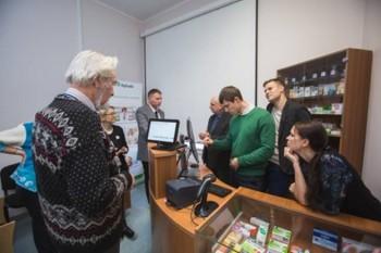 Farmaatsiaüliõpilased jt süsteemiga tutvumas, sh instituudi juhataja professor Ain Raal. Foto: Argo Ingver