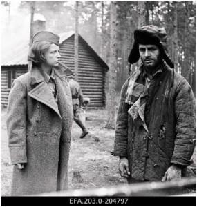 """Fotol: Kaader filmist """"Inimesed sõdurisinelis"""" (1968). Rahvusarhiivi filmiarhiiv."""