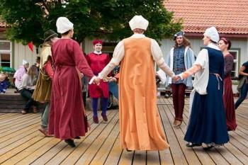 Fotol: Vanatantsuansambli Saltatriculi esinemine. Foto: Janno Loide.