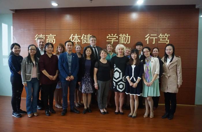 Eesti delegatsioon Shanghai gümnaasiumis. Fotod: Merike Kaste