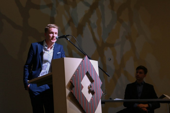 Mihkel Kõrbe välishindamise aastakonverentsil. Paremal konverentsi moderaator Indrek Lillemägi. Foto: HTM