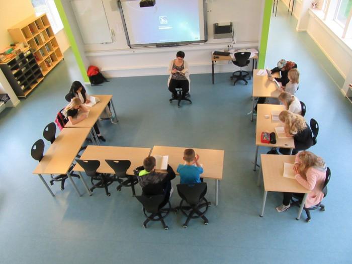 Avatud klassiruum Fääri saartel – seina koridori ja klassi vahel pole.