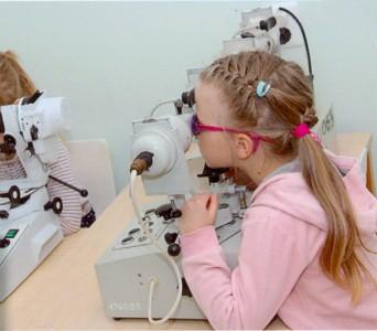 Kõige olulisem on, et nägemisprobleemiga laps jõuaks võimalikult varakult spetsialistide hoole alla ning hakkaks saama vajalikku ravi. Foto on tehtud Mai lasteaia silmakabinetis. Foto: Pärnu Mai lasteaed