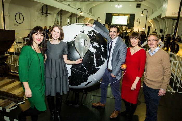 """Vasakult: Helen Sabrak (3. lennu vilistlane), Kerttu Sepp (7. lennu vilistlane), Ott Oja (9. lennus osaleja), Teibi Torm ja Artur Taevere (""""Noored kooli"""" programmi ühed loojatest). Foto: Aron Urb"""
