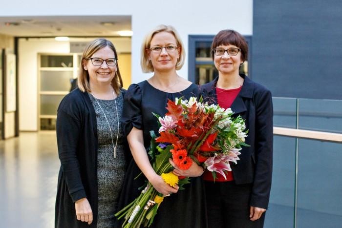 Anna-Liisa Jõgi (keskel) juhendajate Marja-Kristiina Lerkkaneni (Jyväskylä ülikool) ja Eve Kikasega (TLÜ). Foto: Elina Malleus