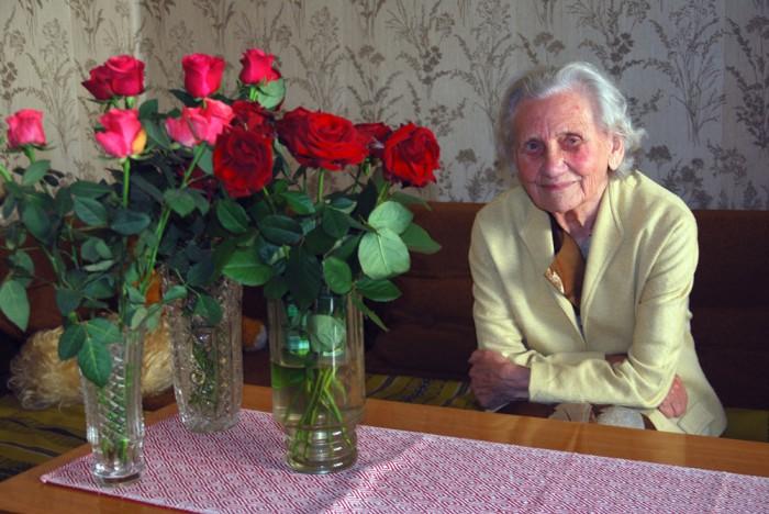 Koidula kooli endine geograafiaõpetaja Benita Paul oma 90. sünnipäeval. Foto: erakogu