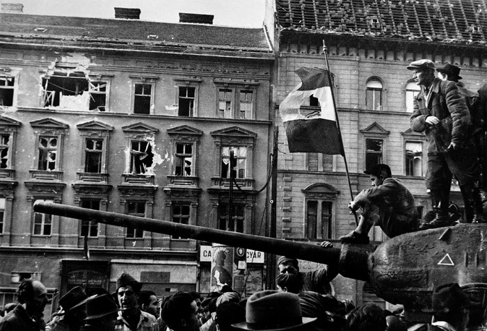 Ülestõusu ajal 1956 kujunes üheks sümboliks väljalõigatud stalinistliku embleemiga lipp.