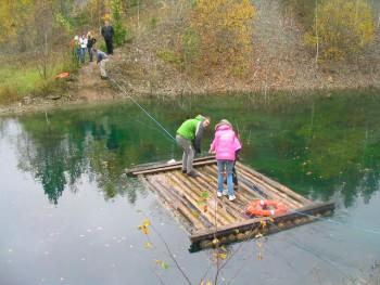 Kohtla kaevanduspark-muuseumi tiigil harjutasid gümnasistid koostööd ja koordinatsiooni. Foto: erakogu (2010)