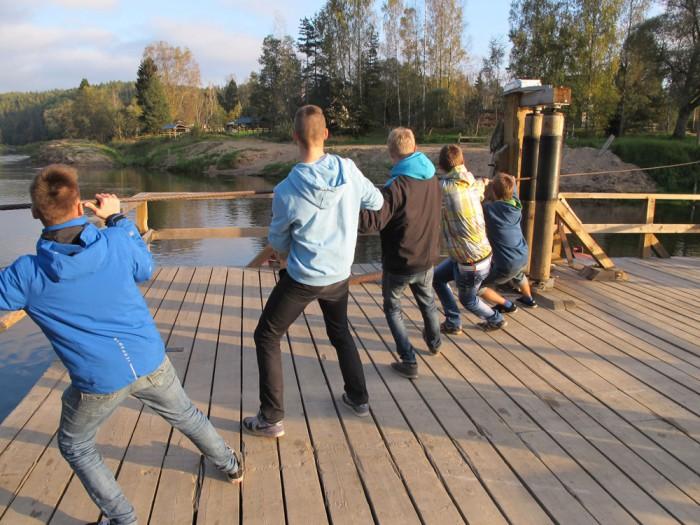 Koiva jõe ääres said poisid ka jõuharjutusi teha. Foto: Kristi Eelmäe (2014)
