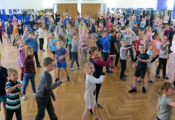 Tartu Tamme kooli aulas on tantsuvahetunnid. Foto: Sirje Pärismaa