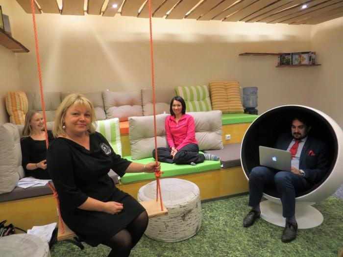 TERA uue õpetajate toa puhke- ja töövõimalusi näitavad Marjeta Venno, Eneli Liblik, Kersti Kaplinski ja Urmo Uiboleht. Foto: Sirje Pärismaa