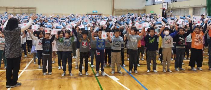 Kui Nozawa algkooli lapsed laulu lõpus Eesti-Jaapani lipud välja võtsid ja neid lehvitasid, tuli eestlastel kananahk ihule ja pisarad silmi – see oli nii võimas ja armas vaatepilt. Fotod: Merle Piik