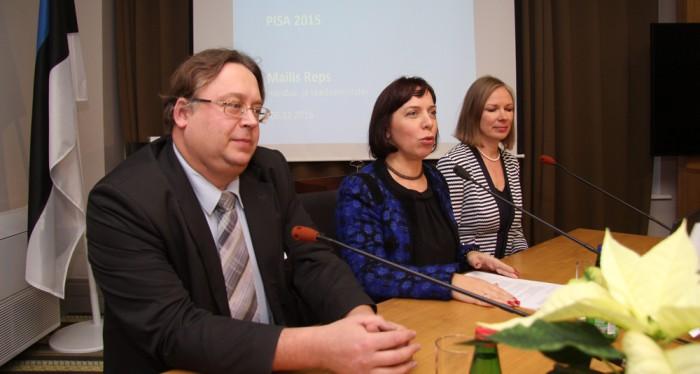 6. detsembril avalikustati PISA 2015 tulemused, mille puhul andsid HTM-i asekantsler Mart Laidmets, minister Mailis Reps ja Innove peaspetsialist Gunda Tire Tõnismäel ajakirjanikele pressikonverentsi. Foto: Raivo Juurak