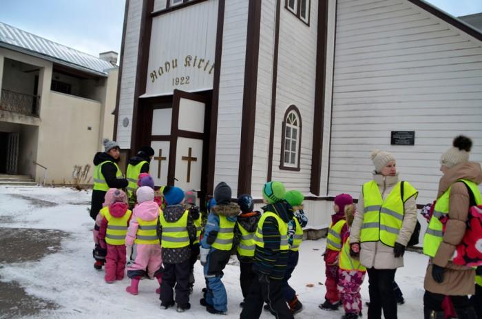 Tallinna Rabarübliku ja Lauliku lasteaia lapsed võtsid enne jõuluaega ette käigu kirikusse, kus suurem osa neist oli esimest korda. Fotod: Piia Aasmäe