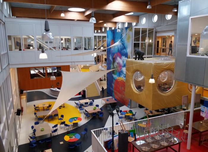 Nikèe College on peaaegu kogu sisustuse kujundanud õpilaste osalusel ja taaskasutatavast mööblist.