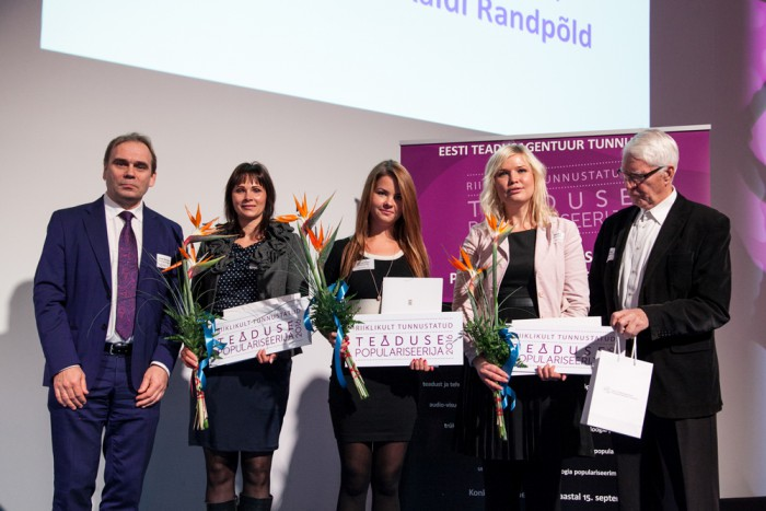Teaduse populariseerimise auhinna saanud Kaidi Randpõld, Sigrid Sepp ja Maris Mägi koos HTM-i asekantsleri Indrek Reimandi ja auhinnakonkursi hindamiskomisjoni esimehe akadeemik Enn Tõuguga. Foto: Sander Hiire