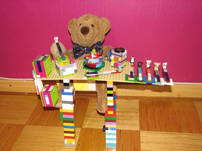 """""""Mõmmi söögitool"""", Liisi Magnus (8-aastane). Eripreemia """"Parim karu eest hoolitseja"""". Mõmmi saab laua taga süüa ja mängida. Söögiks on kaunistustega keerlev tort ning meekuubikud kausis, mille söömiseks on karul seitse eri loomadega lusikat. Joogiks on kakao ja mängimiseks kõristi, mis päriselt ka kõriseb."""