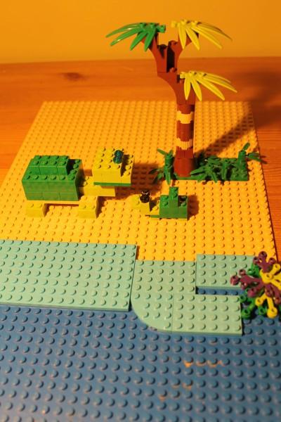 """""""Kilpkonnaema pojaga"""" MartaRoosme (8-aastane). Kõige südamlikuma töö eripreemia. Marta käis suvel perega Riias loomaaias ja nägi seinal kurbi fotosid röövpüüdjate poolt piinatud ja tapetud kilpkonnadest. Legodest ehitatud kilpkonnaema oma pojaga elavad vabalt puhtas looduses, kus keegi neile liiga teha ei saa."""