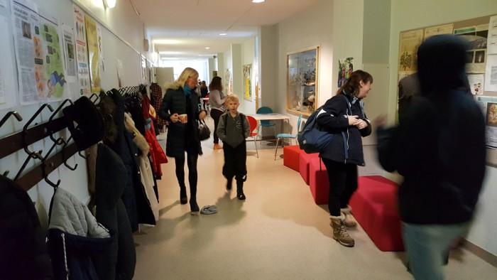 Soomes Taivallahti koolis on välisukse juures lahtine garderoob, aga koridorides lisaks ka nagid, nii et garderoobis kedagi kiusata ei saa. Foto: MTÜ TORE