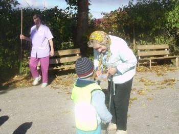 Kaiu Triinutare lasteaia lapsed peavad pühadeajal meeles oma alevi hooldekodu elanikke. Hooldekogus käidi külas ka oktoobris vanavanemate päeva puhul. Foto: Marika Troost