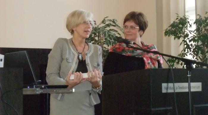 Tartu ülikooli logopeedia õppejõud Marika Padrik (vasakul) ja Merit Hallap tõdevat, et vaid kolmandik 5–6-aastastest oskab jutustada nii, et võõras kuulaja saab sündmusest tervikpildi. Nii lasteaia- kui ka algklassiõpetajad saavad laste jutustamisoskuse arengule palju kaasa aidata. Foto: erakogu