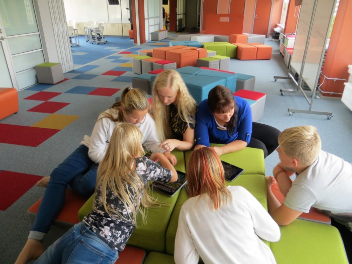 Tartu Hansa kooli avatud õppekeskkonnas võib õppida ka tumbadel pikutades. Foto: Sirje Pärismaa