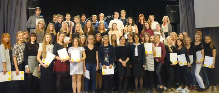 Tunnistused saanud õpilased ja suursaadik. Fotod: Descartesi kool