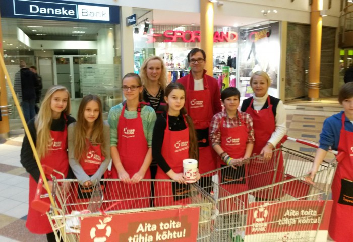 Peetri kooli õpilased Toidupangale toitu kogumas. Fotod: Peetri kool