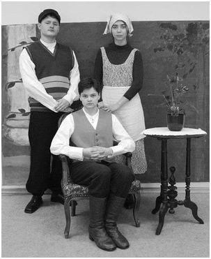 Kohila gümnaasiumi ajarännaku õpilased ajastutruus riietuses ajastutruul taustal. Foto: Kohila gümnaasium