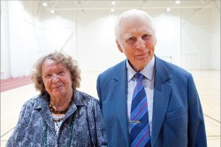 30 aastat koolijuhataja olnud Heino Einer külastamas koos abikaasa Sinaidaga Abja kooli uut spordihoonet. Foto: Ülo Soomets